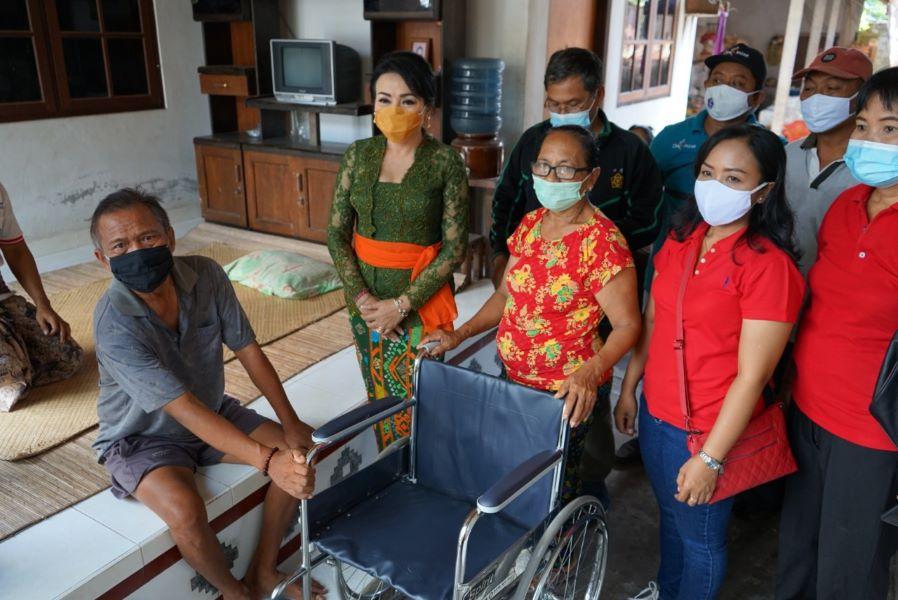 Ny. Selly Mantra Serahkan Bantuan Kursi Roda, Tongkat Hingga Alat Bantu Dengar