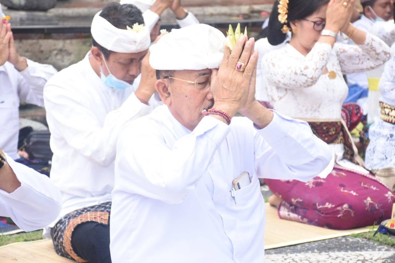 Wabup Artha Dipa Hadiri Persembahyangan di Pura Prajapati Hyang Aluh Besakih