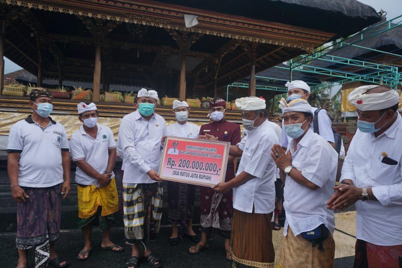 Bupati Mahayastra Serahkan  Bantuan Bencana untuk Warga Tulikup Kaler dan Mawang
