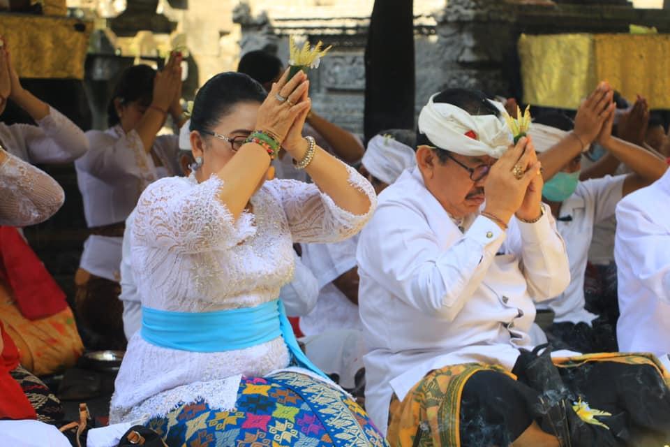 """Upacara """"Pamahayu Jagat Maguru Piduka lan Mabendu Piduka"""" di Pura Ulundanu"""