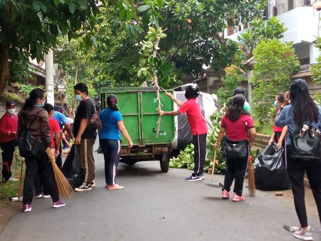"""""""Jumat Bersih"""" di Desa Dangin Puri Kangin"""