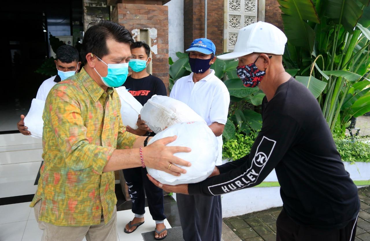Sebelas Kelompok Nelayan Klungkung Terima Bantuan Jaring