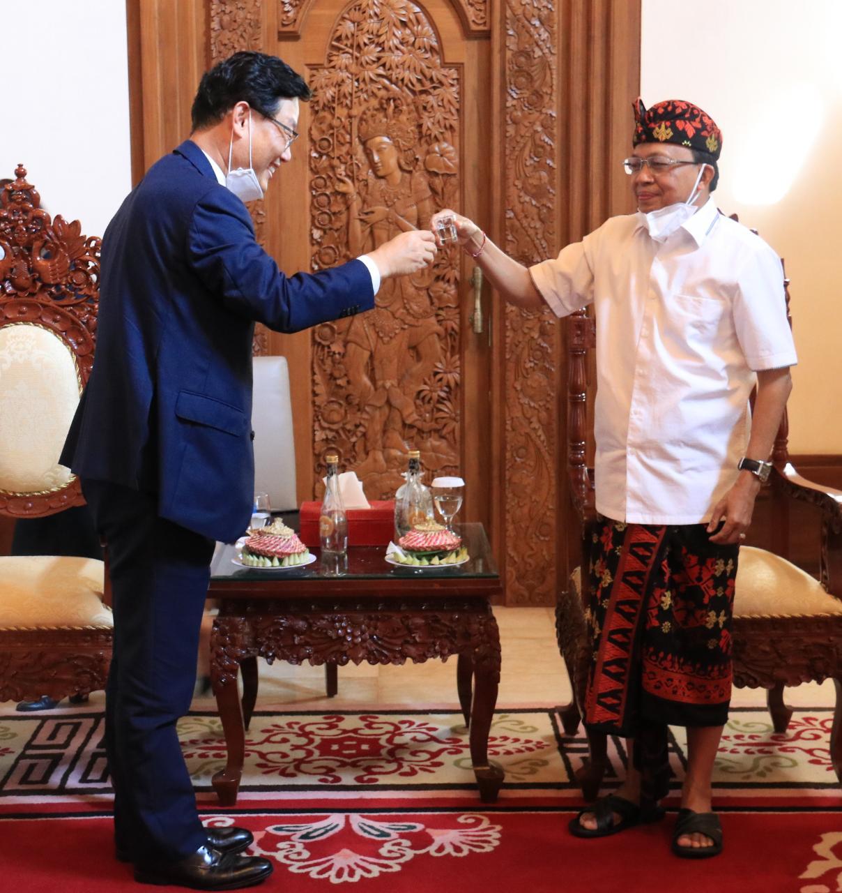 Gubernur Koster-Dubes Korsel Park Tae Sung  Bersulang Arak Bali