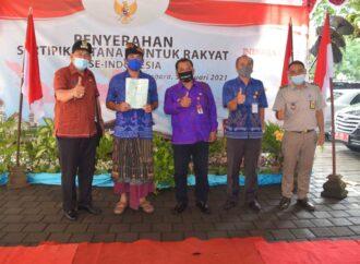 Ribuan Warga Buleleng Terima Sertipikat PTSL Dari Jokowi