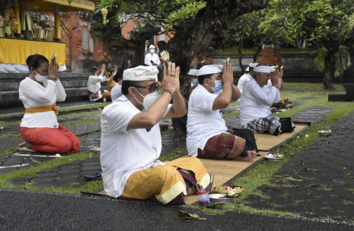 Hari Suci Siwaratri, Ngaturang Bhakti di Pura Agung Jagatnatha