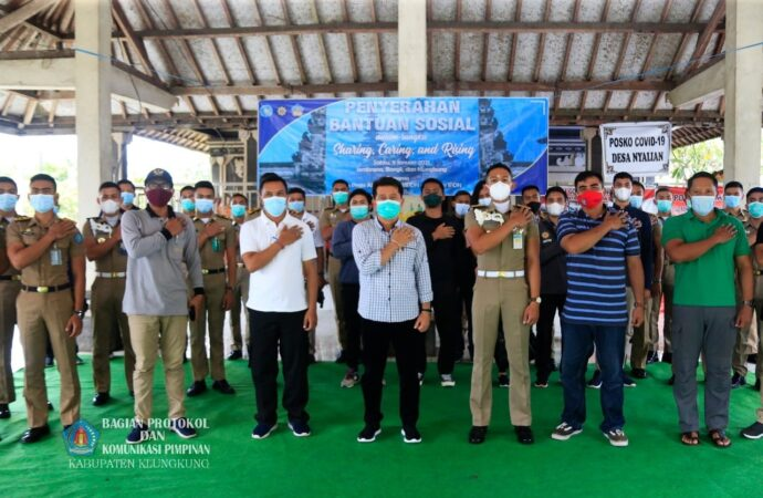 Praja IPDN Serahkan Bantuan di Desa Nyalian
