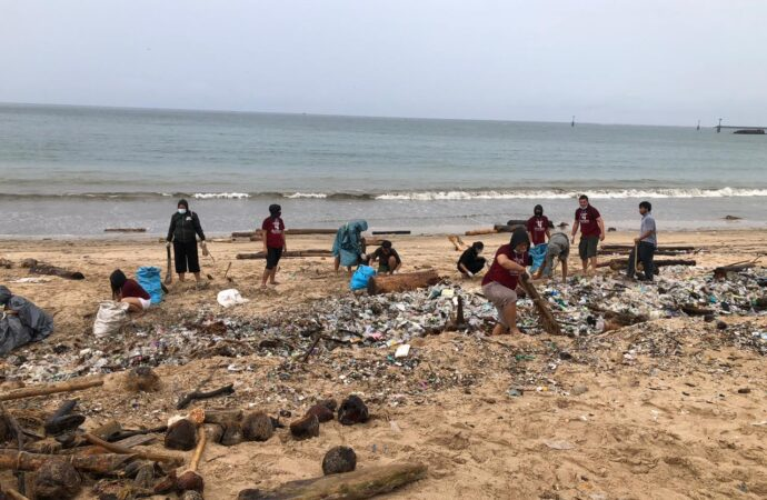 Aksi Bersih-Bersih di Pantai Kedonganan
