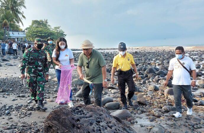 """Aksi Bersih Pantai di """"Gumi Makepung"""""""