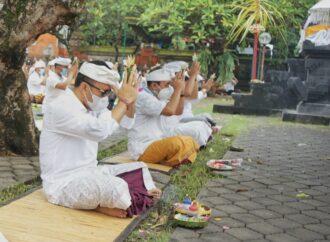 Sembahyang Saraswati di Pura Jagatnatha