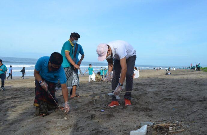 Bersih-Bersih di Pantai Petitenget dan Pantai Dreamland Pecatu