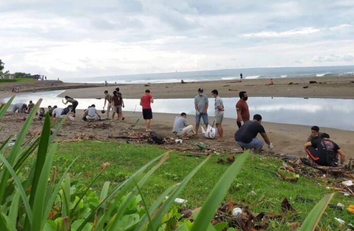 """""""Beach Clean Up"""" The Haven Suites Bali di Pantai Berawa"""