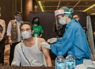 Sandiaga Uno Tinjau Pelaksanaan Vaksinasi Pertama Bagi Pelaku Parekraf