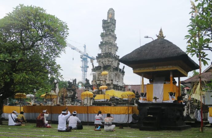Persembahyangan Pagerwesi di Pura Jagatnatha Disiplin Prokes