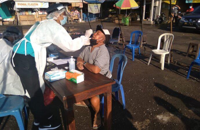 Di Gianyar,  Sidak Prokes di Pasar Samplangan.  Masyarakat Ditest Swab Antigen secara Acak