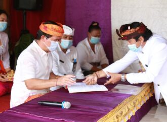 Bupati Suwirta Tandatangani Awig-Awig Desa Adat Griya Budha