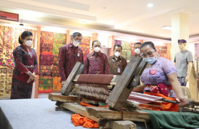 Yasonna H. Laoly Kepincut Endek Bermotif Aksara Bali