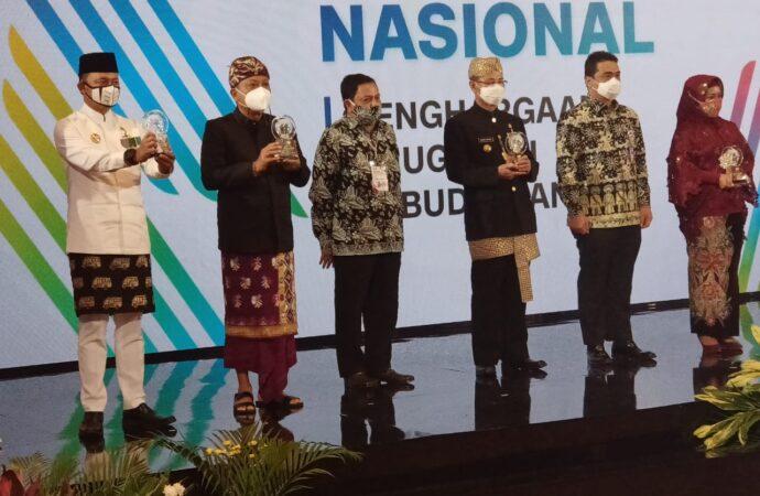 Rai Mantra Terima Anugerah Kebudayaan PWI Pusat