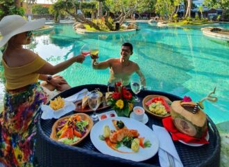 """Floating Breakfast"" dan ""Brunch"" di Grand Inna Bali Beach"