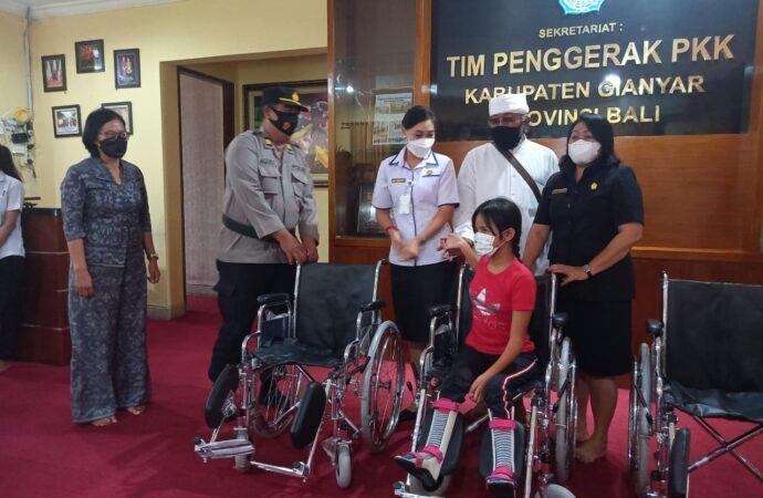 Bantuan Kursi Roda bagi Penyandang Disabilitas di Gianyar
