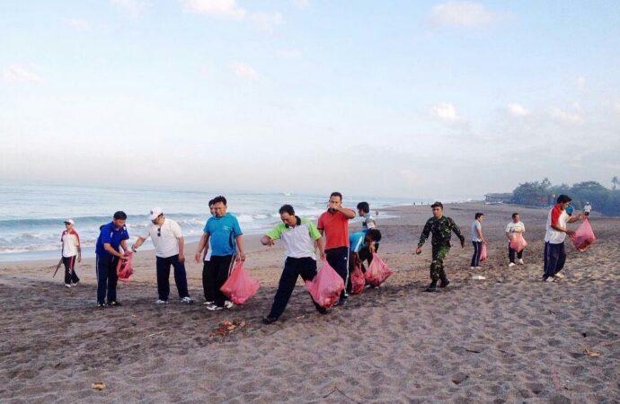 Aksi Bersih-bersih Pantai Berawa. Masyarakat Perlu Truk Sampah