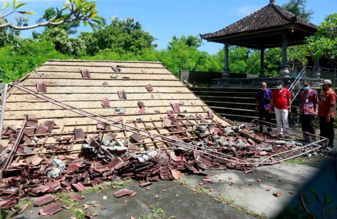 Pemilik  Rumah yang Tertimpa Pohon Tumbang Terima Bantuan Sembako