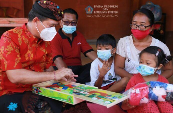 Bupati Suwirta Serahkan Buku Bacaan dan APE