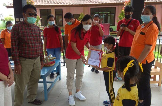 Ny. Surya Adnyani Mahayastra Serahkan Bantuan APE