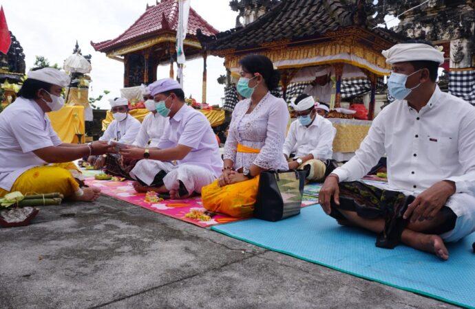 """""""Bakti Penganyar"""" di Pura Tunjuk Pusuh Nusa Penida"""