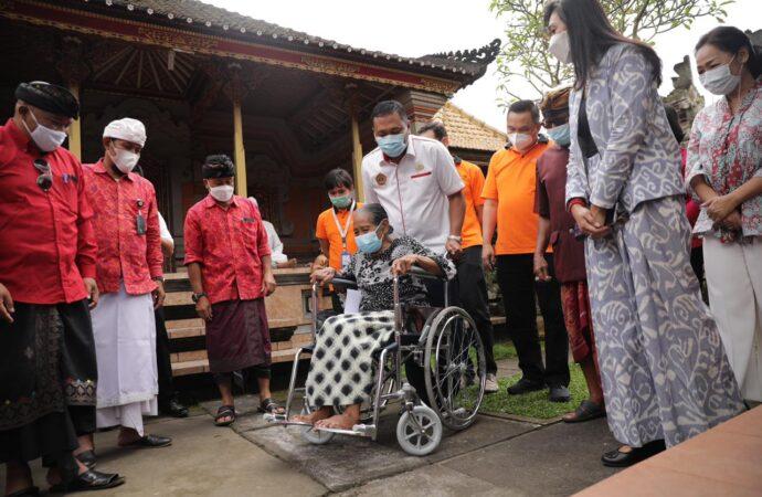 Bupati Mahayastra Serahkan Bantuan Kursi Roda Untuk Penyandang Disabilitas