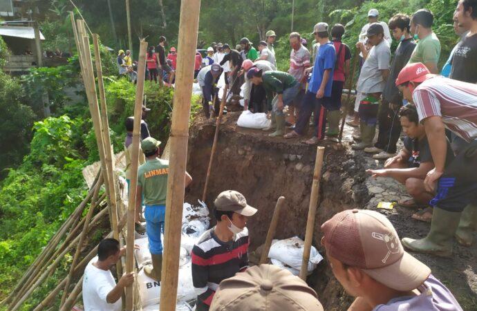 Ruas Jalan Kabupaten di Desa Sekumpul Diperbaiki
