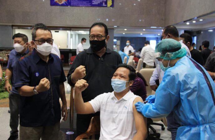 Wagub Cok Ace Pantau  Vaksinasi Pekerja Industri Keuangan dan Perbankan