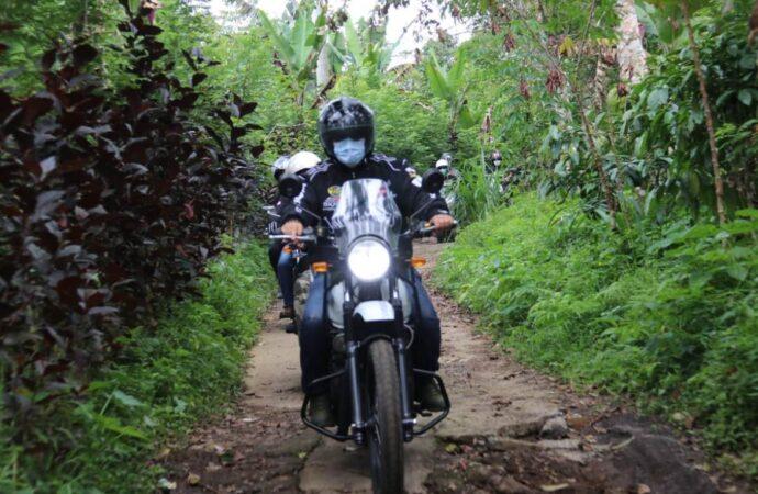 Naik Motor, Bupati Sanjaya Keluar Masuk Desa