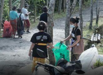 """Mareresik"" Sampah Plastik di Pura Lempuyang"