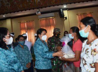 Ny. Seniasih Giri Prasta Serahkan Bantuan Sembako di Abiansemal