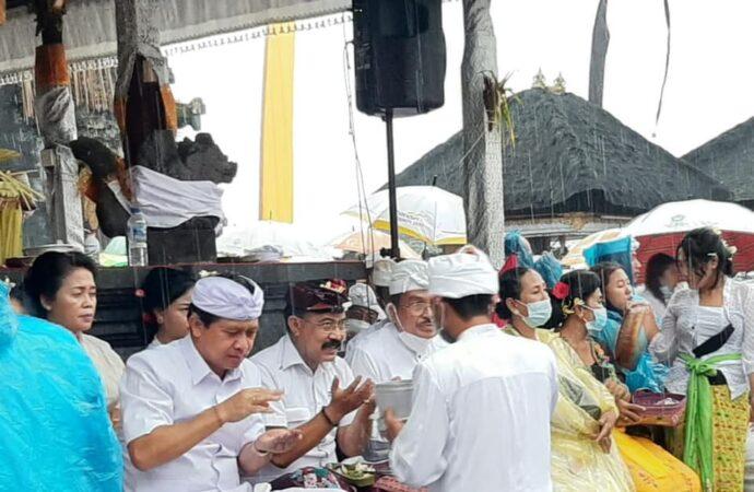 """Penyineban Ida Bhatara Turun Kabeh"" Khidmat di Tengah Guyuran Hujan"