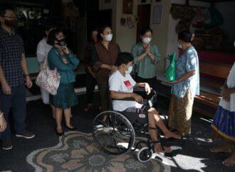 K3S Denpasar Serahkan Kursi Roda dan Sembako