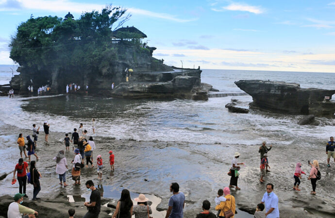 During Eid Holidays, Local Tourists Flock to Tanah Lot