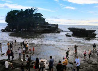 Saat Libur Lebaran, Turis Lokal Padati Tanah Lot