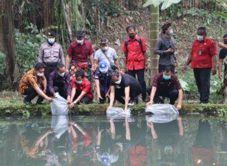 Badung Tebar 20.000 Benih Ikan di Beji Pura Dalem Pande