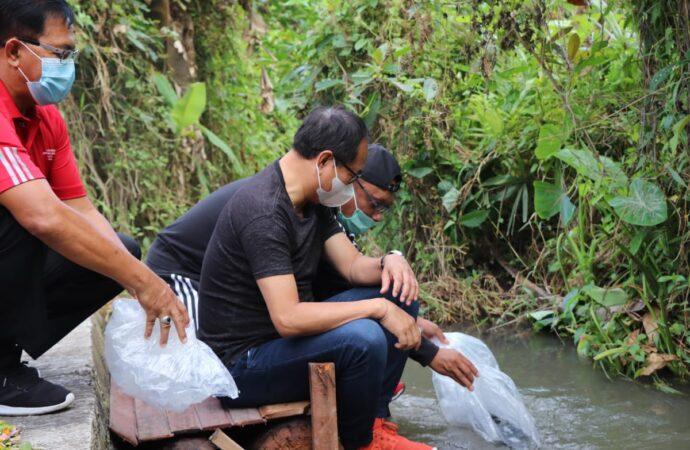 Wabup Suiasa Serahkan 20.000 Benih Ikan Nila di Mengwitani