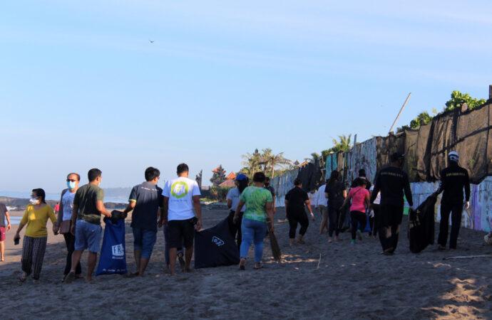 Pekerja Hotel dan Desa Adat Canggu Bersihkan Pantai Batu Bolong