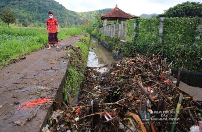 Lumpur dan Sampah Penuhi Jalan dan Saluran Irigasi