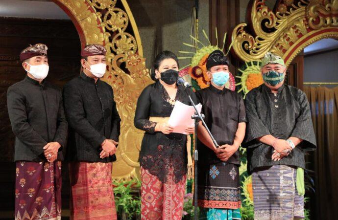 Para Perancang Busana Gaungkan Kembali Kain Tenun Asli Bali
