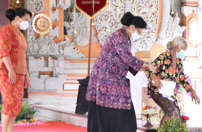 PKK Bali Berbagi dengan Para Lansia