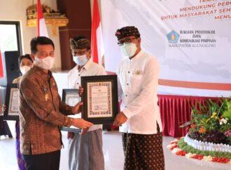 Penghargaan Lomba Siskamling pada Hari Bhayangkara ke-75