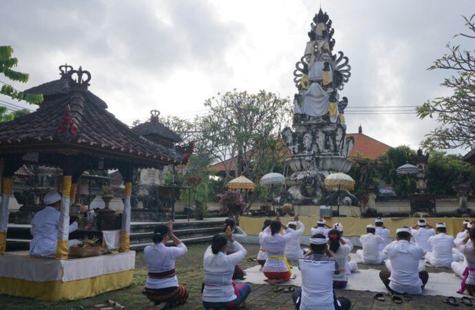 Sembahyang di Pura Jagatnatha