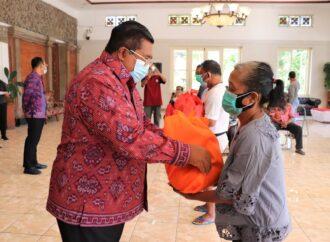 Bupati Buleleng Serahkan Bantuan Paket Sembako