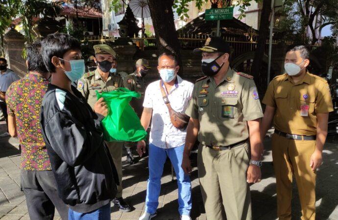 Pantau Prokes dan Bagikan Sembako di Denpasar