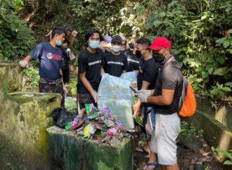 BEM FH Unud Gelar Aksi Bersih-bersih Lingkungan di Desa Adat Ole