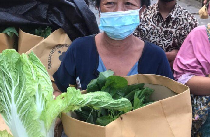 Komunitas Let's Help Bali Bagikan 60 Paket Sayuran di Desa Dauh Puri Kauh